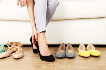 靴を直す女性