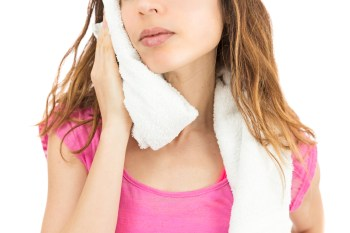 汗を拭く女性