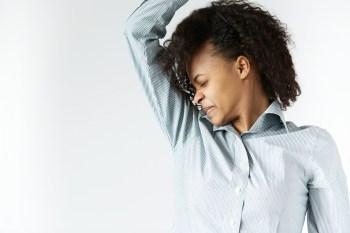 脇汗をかぐ女性