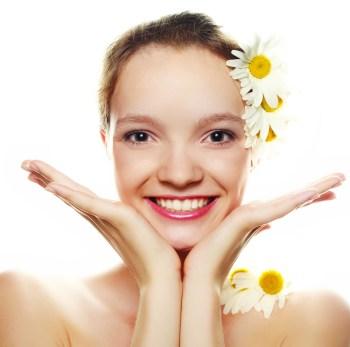 白い花をつけた美白の女性