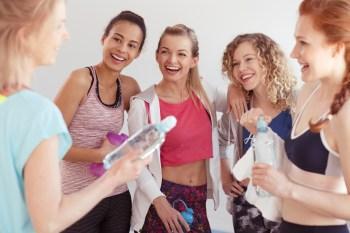 笑顔で話す女性達