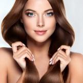 髪の毛をもつ女性