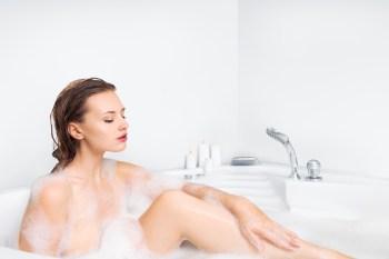 半身浴する女性