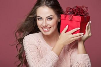 プレゼントをもらって笑顔の女性