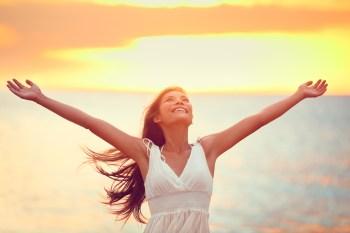 笑顔で深呼吸する女性