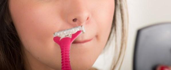 抜くのはNG!女性の鼻の下ヒゲの原因と正しい処理法