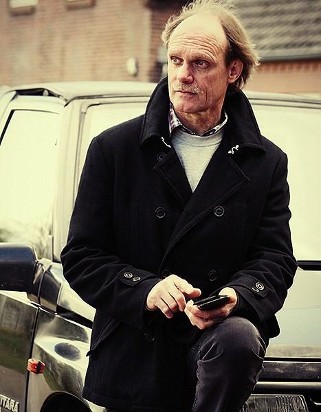 Portret foto van Frans op zijn auto