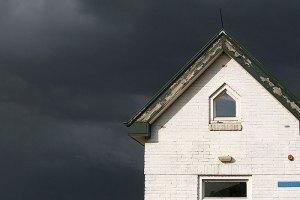 Brugwachtershuisje met zware regenwolken erachter