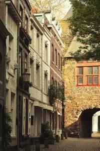 De Helpoort is de oudste nog bestaande stadspoort van Nederland