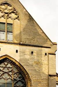 Schaduw van een kerktoren op een andere kerk