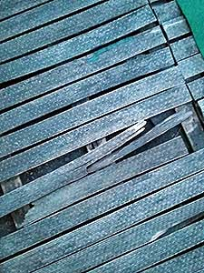 Het oude terras met kapotte planken