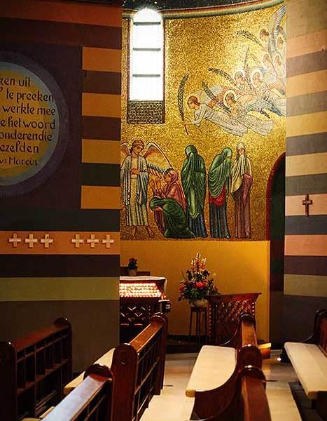Cenakelkerk Heilig Landstichting is een prachtige kerk met fantastisch geschilderde muren.