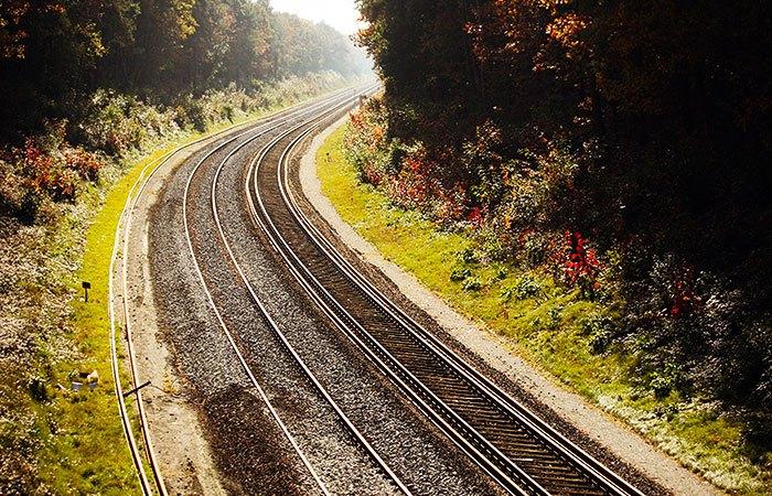 Een treinspoor in de herfst heeft sneller last van vierkante wielen