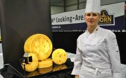 Iš sūrio laikrodį išdrožusi V. Brūzgienė pasaulio kulinarijos olimpiadoje laimėjo sidabro medalį