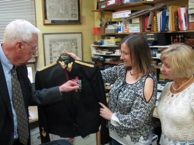 Spalio 8 d. LTSC lankėsi generolas majoras Jonas Kronkaitis ir atvežė nemažai vertingų dovanų. Šalia – Kristina Lapienytė ir Gene Razumienė