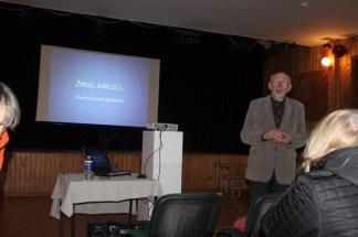 Savo žiniomis prof. L. Klimka dalijasi su susirinkusiais i kultūros centrą