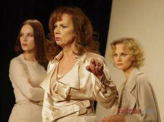 """Spektaklis """"24 valandos iš moters gyvenimo"""". Iš kairės Valda Bičkutė, Virginija Kochanskytė, Daiva Rudytė"""