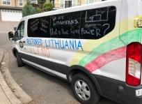 """""""Lituanicos"""" komandos bėgikus vežiojęs mikroautobusiukas savaitgalį buvo papuoštas """"Bandi"""" ir Lietuvos valstybės atkūrimo šimtmečio simbolika"""