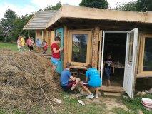 """Dar vienas tvaraus vartojimo pavyzdys Lietuvoje – iš panaudotų daiktų sukurta stovyklavietė """"Gervių lizdas"""""""