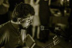 """""""Eurovizijoje"""" išgarsėjęs ir po ilgų emigracijos metų į Lietuvą su šeima grįžęs Andrius Pojavis pristato naują dainą"""