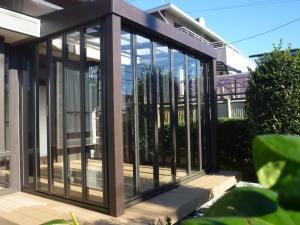 LIXILジーマは、全面ガラス扉のフルオープンタイプで、お庭と室内の隔たりを感じさせない作り