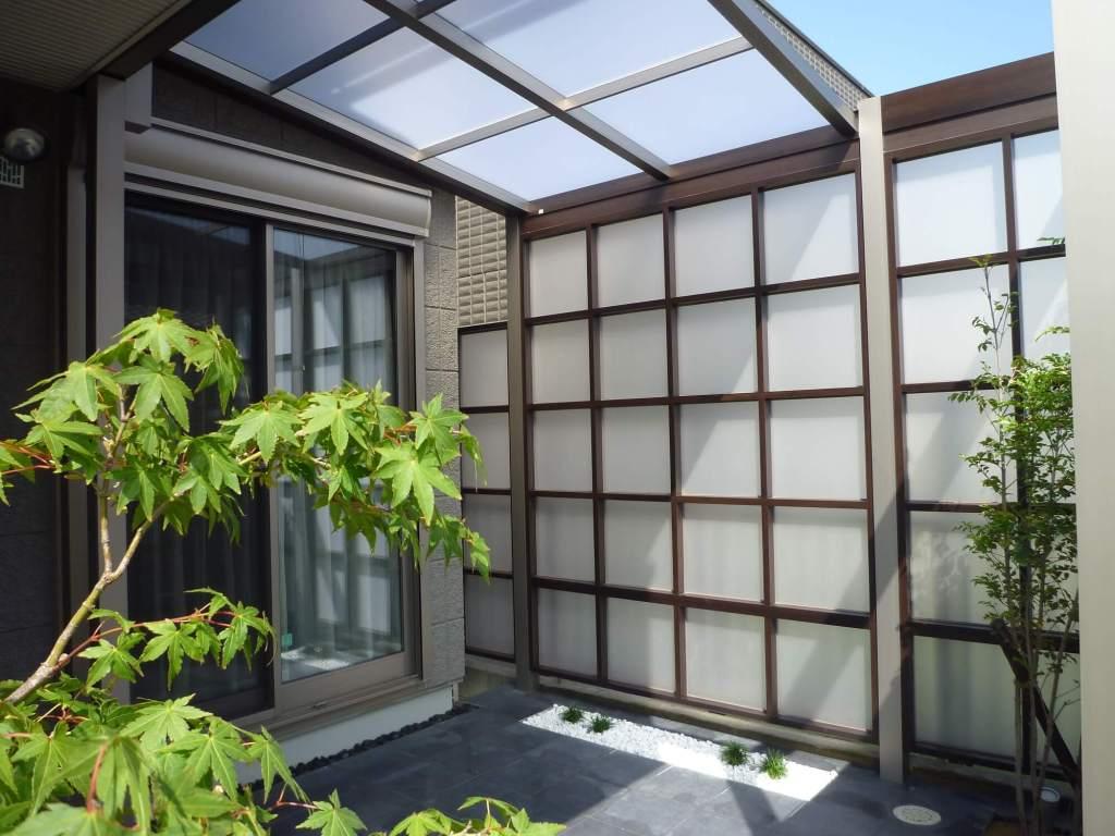 光と風がおりなす癒しの空間を演出するテラス屋根