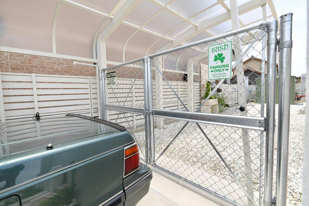 アメリカンテイストな駐車スペース カーポートとメッシュ扉で海外映画のような外構