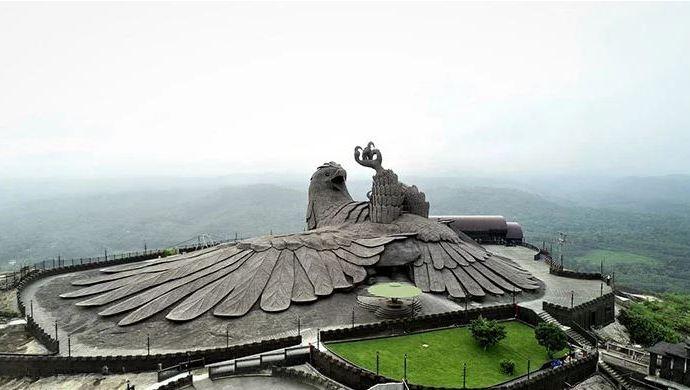 Скульптура Джатаю- индийский миф оживает в камне.
