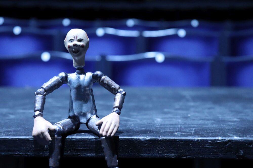 6 Figurka robota v hledisti Svandova divadla pochazi z pozustalosti Josefa Capka a slouzila patrne k propagaci hry R U R foto Richard Moucka e1614252250430