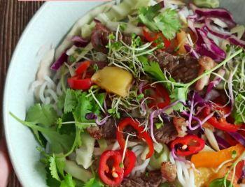 Thajský salát s hovězím masem a mangem