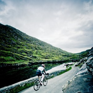 race around ireland solo cyclist