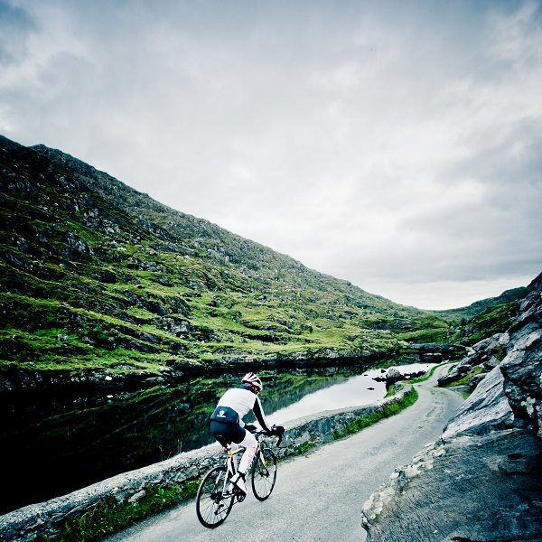 race around ireland solo cyclist