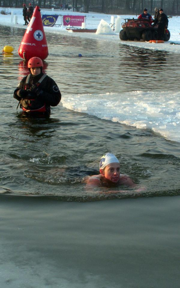 Claire Ryan swimming in ice water in Katowice, Poland
