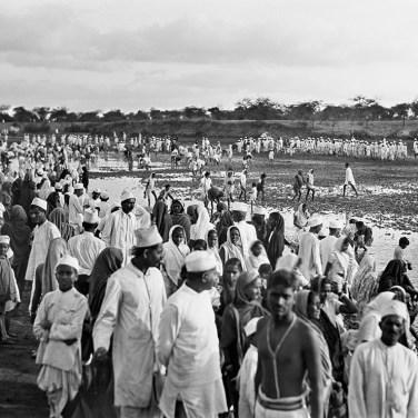 Ghandis Anhänger lesen am Flusse Salz auf, Aat/Navsari, Indien, 7. April 1930
