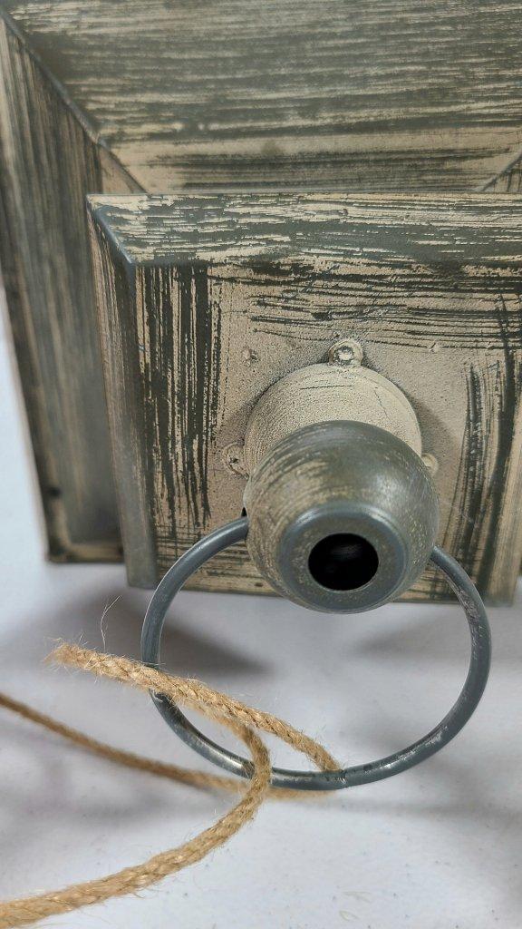 Thin rope winding around the handle of the summer lantern