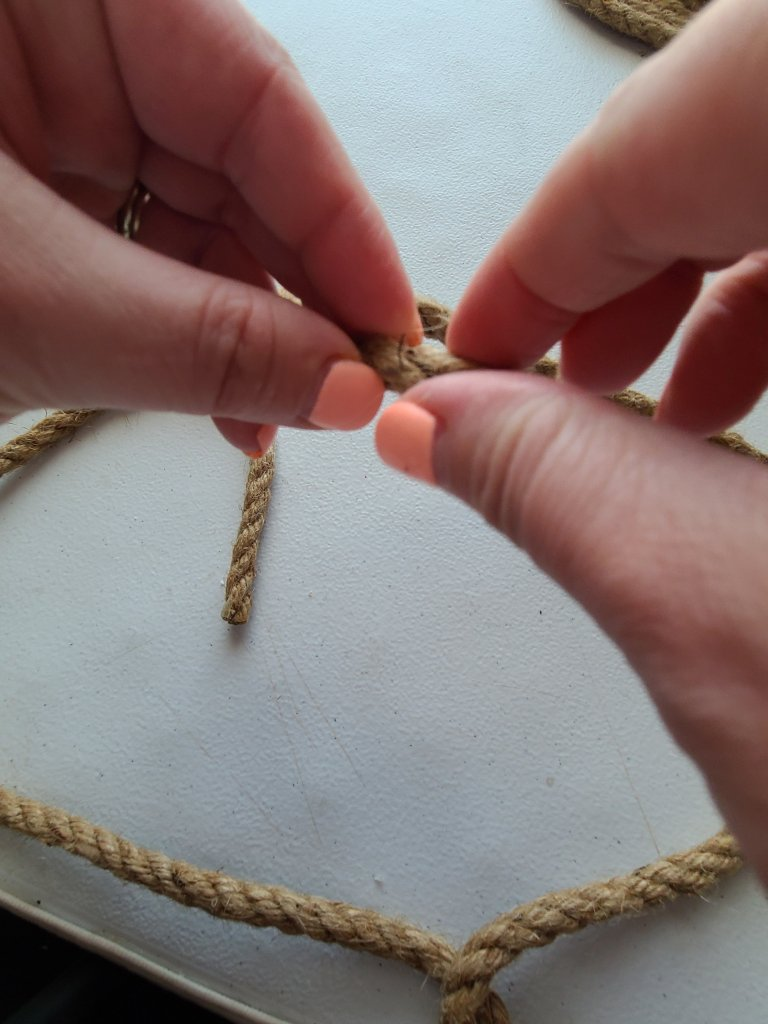 With the hot glue in the rope end, hold the pieces together so that it remains that way in the rope placemat