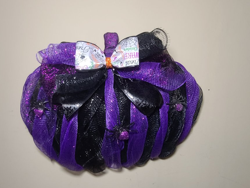 Complete Halloween pumpkin wreath with spiders and without spiderwebbing.