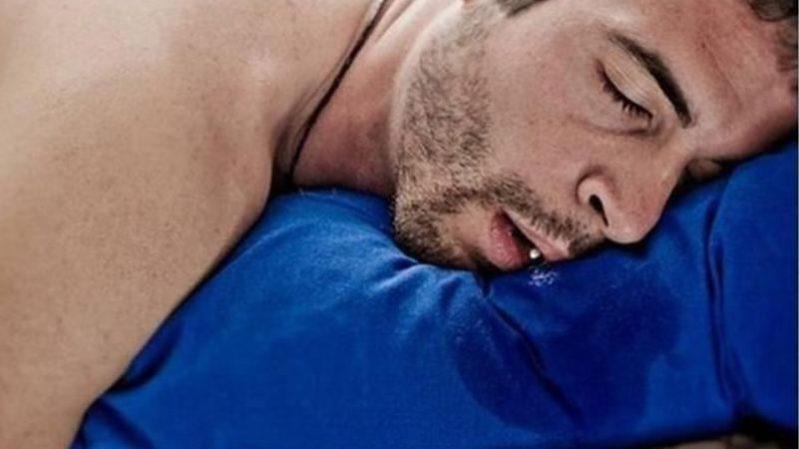 睡覺流口水的6個原因!有鹹味,枕巾呈淡黃色,要提高警惕啦!