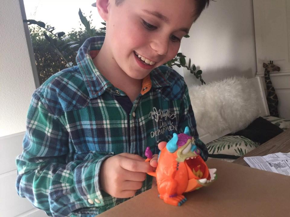 Kind speelt met Barf Buddy
