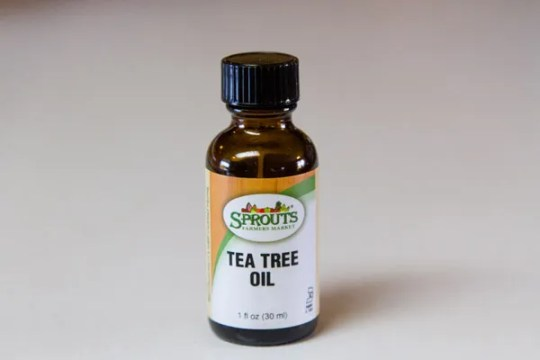 tea tree oil rocks! Use it to keep mold at bay Lemon-Vinegar Cleaner #recipe #natural #vinegar #lemon #smellsGood #cleaner #scrub Life Currents https://lifecurrentsblog.com