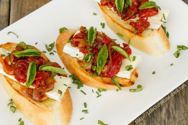 Brie and Balsamic Roasted Tomato Crostini | Life Currents #appetizer #snack #toast