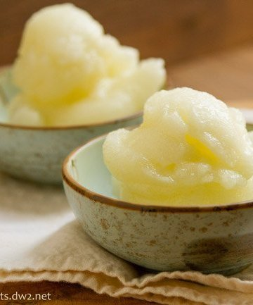 This Sauvignon Blanc Sorbet is just the thing to cool you down. It's light and refreshing. It's filled with flavor but won't weigh you down. by Life Currents http://lifecurrentsblog.com