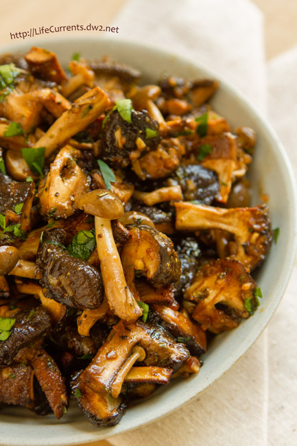 Garlic Mushrooms in Sour Cream featured recipe for Marinated and Roasted Mushrooms are so easy to make and super delicious! Perfect for a holiday dinner! by Life Currents https://lifecurrentsblog.com