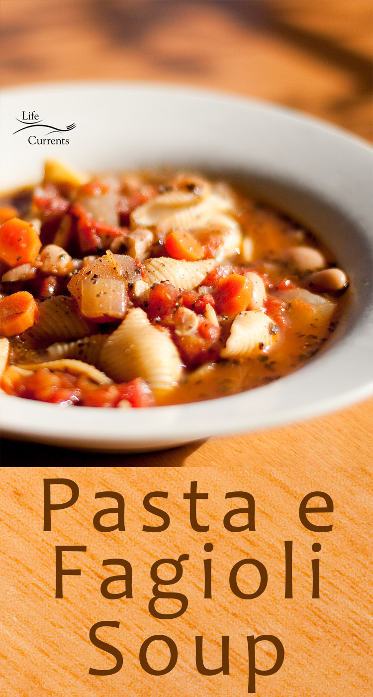 Pasta e Fagioli Soup {pasta and beans soup} - a classic healthy Italian soup that's easy to make and great as leftovers - the whole family will love