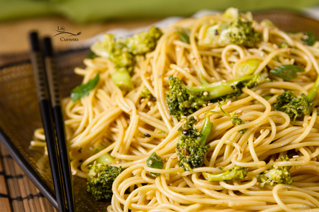 Garlic Sesame Noodles are so easy, and so delicious. It makes a great dinner, and a wonderful lunch for a brown bag. It's also a great recipe for a potluck