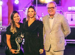 Sheila Mello esbanja beleza e simpatia em premiação