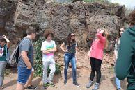 Marta Armero durante sus explicaciones a los corresponsales junto a una sección de material volcánico de más de 1 millón de años