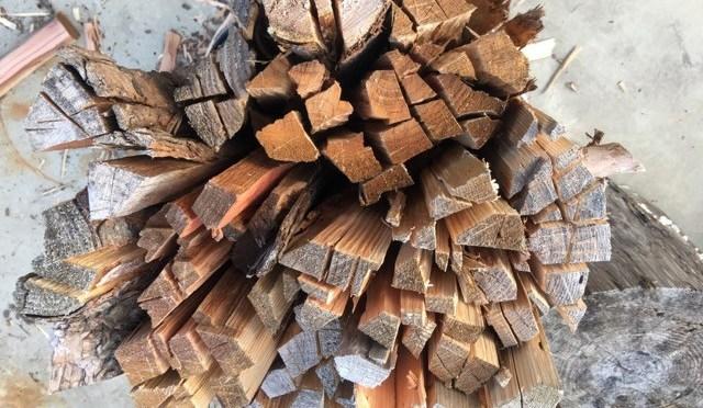 """【焚きつけづくり】は""""鉈""""でなく、""""薪割り斧""""の方が楽に効率よくできちゃいますよ"""