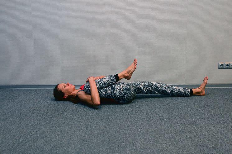 Зарядка в постели: вытягиваем ноги