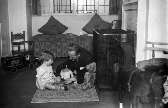 Алан Милн со своим сыном Кристофером Робином